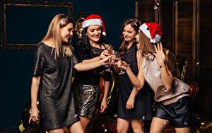 Fotos Neujahr Schaumwein Lächeln Weinglas Mütze Hand Kleid