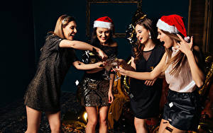 Fotos Neujahr Schaumwein Mütze Kleid Weinglas Freude
