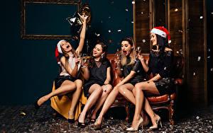 Bilder Neujahr Champagner Mütze Weinglas Bein Glücklich Sitzend Mädchens
