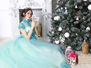 Hintergrundbilder Neujahr Tannenbaum Geschenke Braune Haare Kleid Sitzend