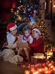 Fotos Neujahr Christbaum Kleine Mädchen Jungen Mütze Lichterkette Kinder