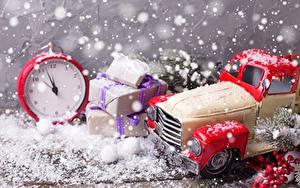 Hintergrundbilder Neujahr Uhr Wecker Spielzeug Geschenke Schnee