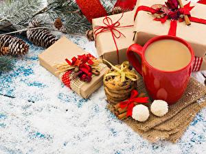 Fotos Neujahr Kaffee Kekse Zimt Bonbon Tasse Geschenke Zapfen Schleife