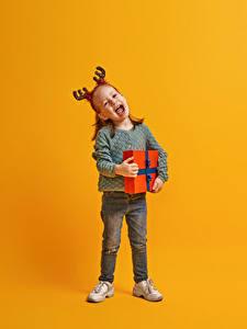 Bilder Neujahr Farbigen hintergrund Kleine Mädchen Geschenke Glücklicher Horn