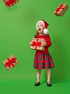Bilder Neujahr Farbigen hintergrund Kleine Mädchen Mütze Geschenke Schreiendes