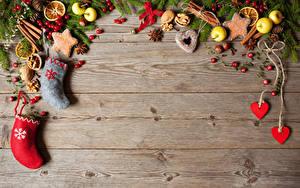 Fotos Neujahr Kekse Äpfel Sternanis Beere Nussfrüchte Bretter Ast Stiefel Herz Zapfen Lebensmittel