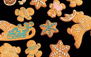 Fotos Neujahr Kekse Schwarzer Hintergrund Design Schlitten Schneeflocken das Essen