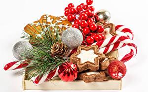 Hintergrundbilder Neujahr Kekse Dauerlutscher Beere Weißer hintergrund Kugeln Ast Zapfen das Essen
