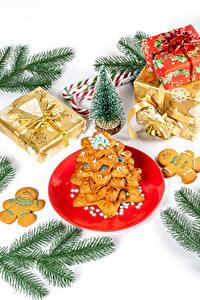 Bilder Neujahr Kekse Dauerlutscher Weißer hintergrund Ast Weihnachtsbaum Geschenke Teller das Essen