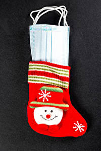 Fotos Neujahr Coronavirus Maske Grauer Hintergrund Socken Mütze Schneeflocken