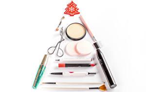 Bilder Neujahr Kosmetik Lippenstift Weißer hintergrund Weihnachtsbaum