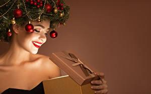 Bilder Neujahr Kreative Farbigen hintergrund Lächeln Rote Lippen Ast Kugeln Geschenke junge frau