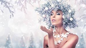 Fotos Neujahr Kreative Schnee Ast Kugeln Hand Stern-Dekoration Mädchens