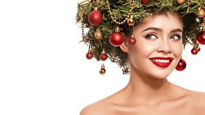 Fotos Neujahr Kreative Weißer hintergrund Gesicht Lächeln Starren Rote Lippen Ast Kugeln junge frau