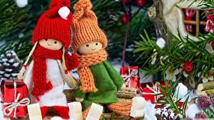 Bilder Neujahr Puppe 2 Mütze Schal Sitzend