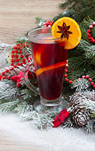 Bilder Neujahr Getränke Zitrone Sternanis Ast Trinkglas Zapfen