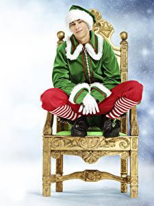 Fotos Neujahr Elfen Mann Stühle Uniform Starren Sitzt