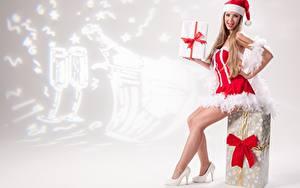 Bilder Neujahr Geschenke Schleife Dunkelbraun Uniform Sitzend Mütze Bein High Heels Mädchens
