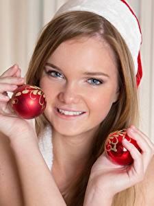 Hintergrundbilder Neujahr Blick Lächeln Hand Kugeln Braunhaarige Mädchens