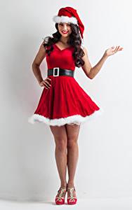 Hintergrundbilder Neujahr Grauer Hintergrund Brünette Uniform Kleid Mütze Lächeln Hand Mädchens