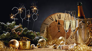 Fotos Neujahr Feiertage Champagner Uhr 2018 Weinglas Ast Kugeln Wunderkerze Lebensmittel