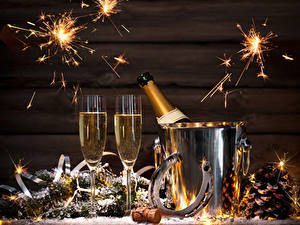 Papéis de parede Ano-Novo Feriados Vinho espumante Tábuas de madeira Copo de vinho Pinha Sparkler Alimentos