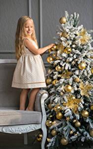 Hintergrundbilder Neujahr Feiertage Christbaum Kleine Mädchen Kleid Kugeln Lächeln Kinder