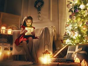 Fotos Neujahr Feiertage Kleine Mädchen Tannenbaum Laterne Geschenke Sessel Sitzt Kinder