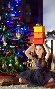 Fotos Neujahr Feiertage Kleine Mädchen Geschenke Kleid Christbaum Kinder