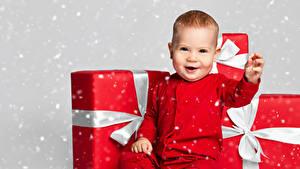 Fotos Neujahr Baby Geschenke Lächeln kind