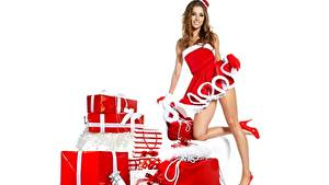 Hintergrundbilder Neujahr Izabela Magier Weißer hintergrund Lächeln Geschenke Bein Pose Stöckelschuh Mädchens
