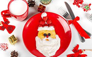 Fotos Neujahr Messer Eierkuchen Milch Erdbeeren Weißer hintergrund Teller Design Weihnachtsmann Essgabel Becher Die Sahne Zapfen Geschenke Schleife das Essen