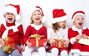 Hintergrundbilder Neujahr Kleine Mädchen Junge Sitzend Geschenke Schleife Mütze Glücklich Lachen Kinder