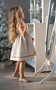 Bilder Neujahr Kleine Mädchen Haar Kleid Spiegel Kinder