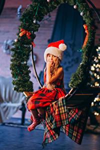 Fotos Neujahr Kleine Mädchen Sitzen Ast Mütze kind