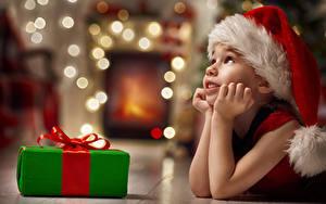 Bilder Neujahr Kleine Mädchen Mütze Geschenke Hand Kinder