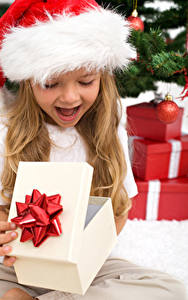 Hintergrundbilder Neujahr Kleine Mädchen Mütze Geschenke Freude Kinder