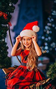Hintergrundbilder Neujahr Kleine Mädchen Mütze Hand Starren Sitzend Kleid