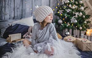 Hintergrundbilder Neujahr Kleine Mädchen Mütze Sitzend Geschenke Kinder