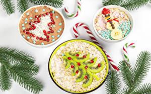 Hintergrundbilder Neujahr Dauerlutscher Kreative Haferbrei Müsli Kiwi Granatapfel Weißer hintergrund Ast Tannenbaum Schneemänner das Essen