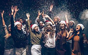 Fotos Neujahr Mann Hand Mütze Glückliche Weinglas Konfetti Mädchens