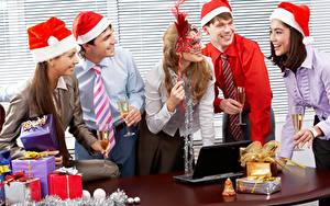 Fonds d'écran Nouvel An Homme Masque Jour fériés Bureau Cadeaux Cravate Sourire Verre à vin Ordinateur portable jeune femme