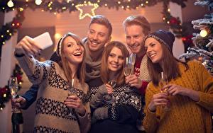 Hintergrundbilder Neujahr Mann Selfie Sweatshirt Mütze Lächeln Weinglas Hand junge frau