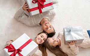 Bilder Neujahr Mutter Familie Drei 3 Kleine Mädchen Geschenke Lächeln Kinder
