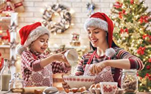Bilder Neujahr Mutter Zwei Kleine Mädchen Mütze Lächeln Hand Kinder