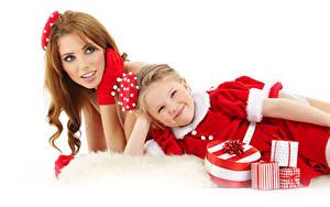 Fotos Neujahr Mutter Weißer hintergrund 2 Braune Haare Kleine Mädchen Kleid Geschenke Starren Kinder Mädchens