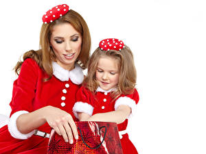 Bilder Neujahr Mutter Weißer hintergrund Zwei Kleine Mädchen Uniform Dunkelbraun Kinder Mädchens