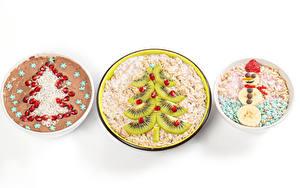 Bilder Neujahr Müsli Haferbrei Originelle Kiwi Granatapfel Weißer hintergrund Tannenbaum Schneemänner das Essen