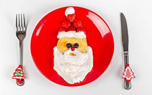 Fotos Neujahr Eierkuchen Messer Saure Sahne Erdbeeren Weißer hintergrund Teller Design Gabel Weihnachtsmann Weihnachtsbaum das Essen