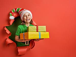 Hintergrundbilder Neujahr Roter Hintergrund Kleine Mädchen Mütze Geschenke Glücklich